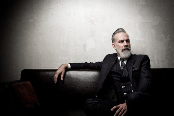 MBUKO Gentleman mit grauem Bart